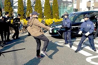 写真:犯人との格闘の様子;