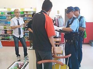駆けつけた警察官に状況説明